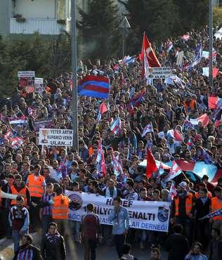 Trabzon taraftarlar�ndan '�ike y�r�y���'