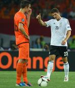 Mario Gomez: 2 Van Persie: 1