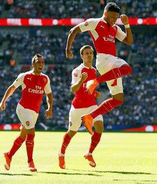 Sezonun ilk kupas� Arsenal'in