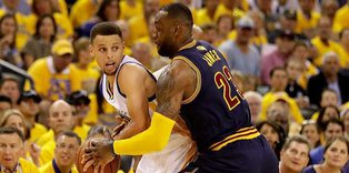 Warriors rout Cavaliers to take 2-0 lead