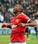 Ashley Young uçurur