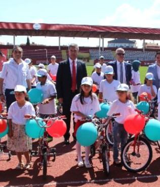 Çanakkale Valisi öğrencilere örnek olmak için bisiklete bindi