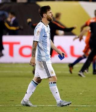 Messi b�rakt���n� a��klad�!