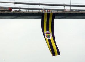 Fenerbah�e bayraklar� Bo�azi�i ve FSM k�pr�lerinde