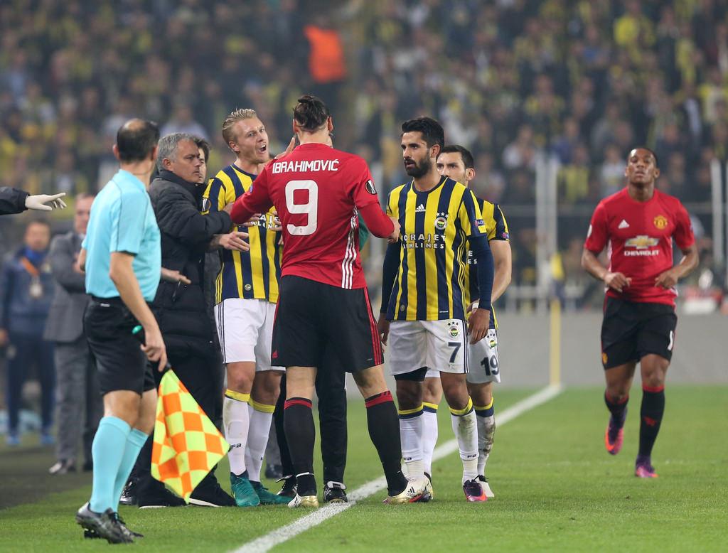 Ibrahimovic çıldırdı! Kjaer'in boynuna yapıştı