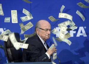 Blatter'e dolarl� protesto
