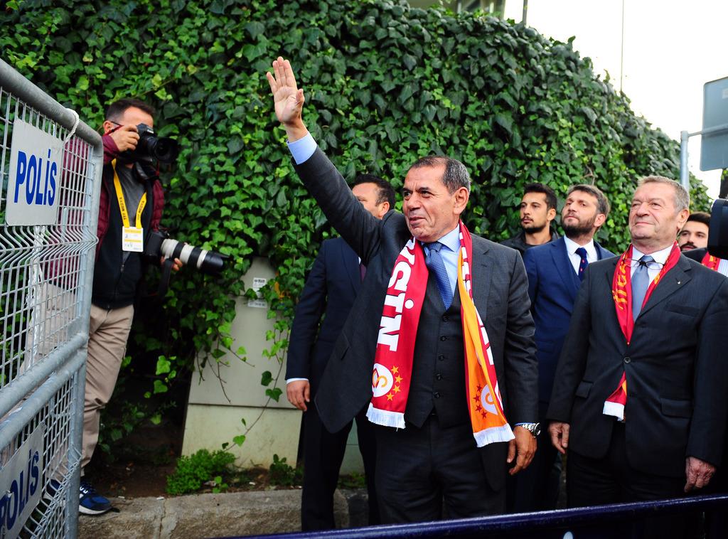 Dursun Özbek taraftarlarla birlikte stada yürüdü!