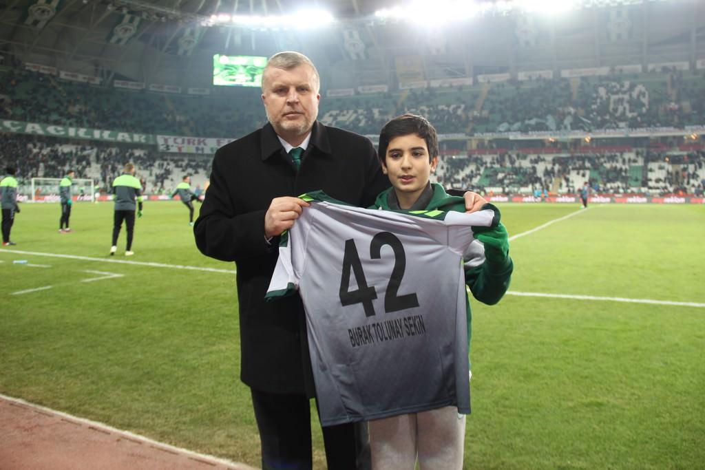 Fethi Sekin'in oğlu ayakta alkışlandı