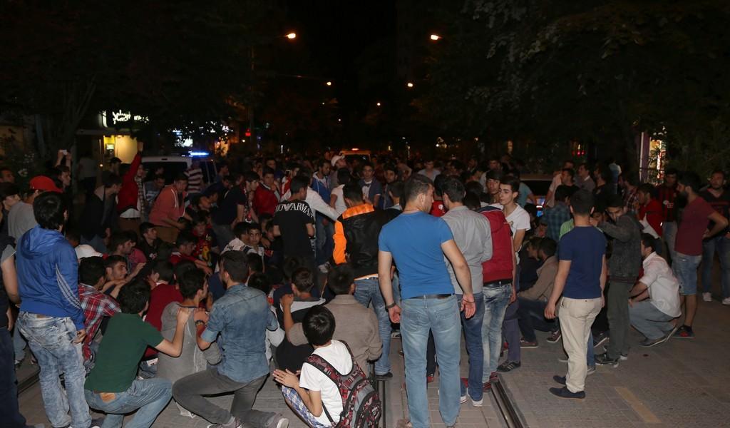 Galatasaray taraftar� sokaklara d�k�ld�
