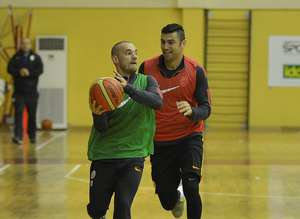 Galatasarayl� futbolcular�n basketbol keyfi
