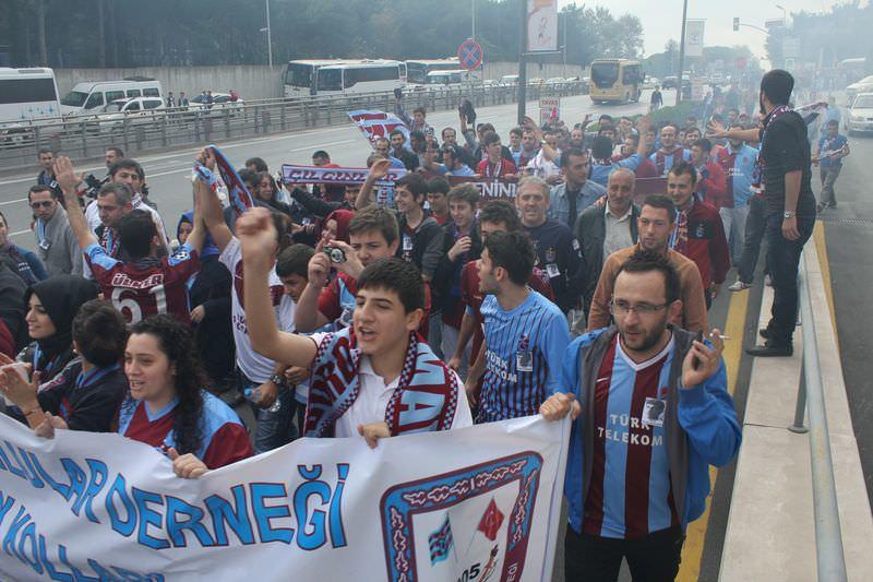 Trabzonsporlu taraftarlar TFF binas�na y�r�d�