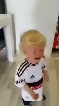 A�layan yavru kartal Demba Ba bestesiyle susuyor