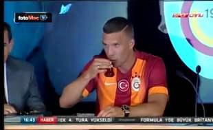 Podolski'den imza t�reninde �ay keyfi