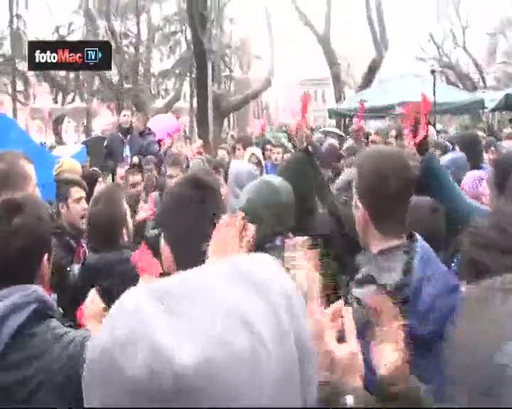 Trabzonsporlu taraftarlardan k�rm�z� kartl� protesto