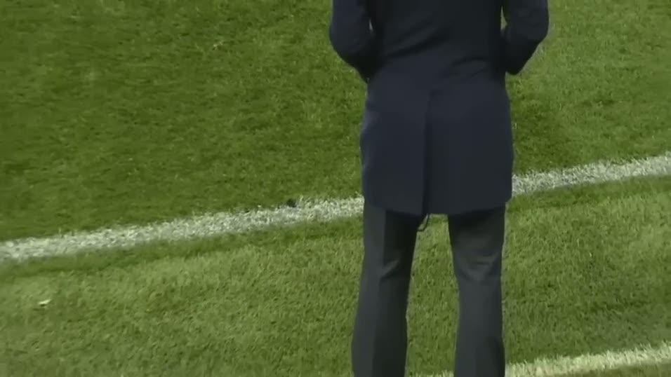 Zidane'�n pantolonu yine y�rt�ld�!