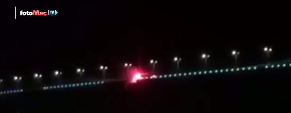 Köprüdeki Be�ikta� bayra��n� yakt�lar