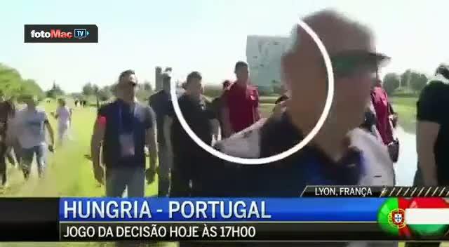Ronaldo mikrofonu g�le f�rlatt�
