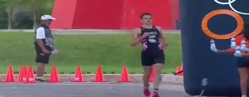 Kardeşini taşıyan sporcu kahraman oldu