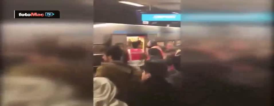 Napoli'li holiganlar metroda olay çıkardı