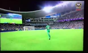 Ezeli rakibe transfer olan futbolcuya yılan attılar