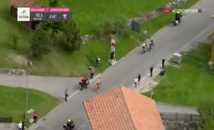 İtalya Bisiklet Turu'nda şok eden hareket!