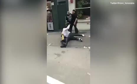 Denayer'den yerdeki adamın kafasına tekme!